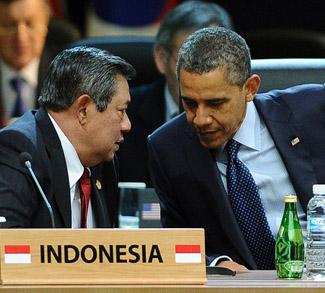US President Barack Obama (R) chats to I