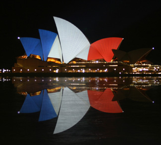 Sydney_Opéra_House_(tricolore_flag)_14_&_15_&_16_November_2015, cc 3.0 Ludopedia, wikicommons, share alike, modified