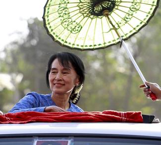 myanmarsuu, cc Htoo Tay Zar, Wikicommons, https://commons.wikimedia.org/wiki/File:Suu-kyi-khawmu-campaign.jpg