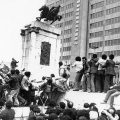 iranrevolution, public domain https://commons.wikimedia.org/wiki/File:Reza_Shah_Statue_1979_Revolution.jpg