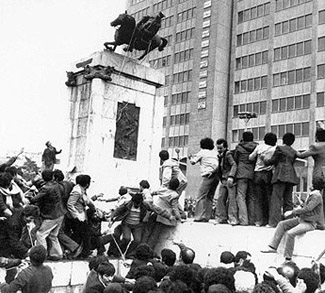 iranrevolution, public domain https://commons.wikimedia.org/wiki/File:Reza_Shah_Statue_1979_Revolution.jpg