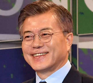 Soon-to-be President Moon Jae-in, VOI, 2017, https://fr.wikipedia.org/wiki/Fichier:Moon_Jae-in_in_2017.jpg