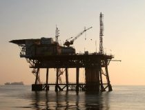 Oilplatform, cc Flickr Enrico Strocchi, modified, https://creativecommons.org/licenses/by-sa/2.0/