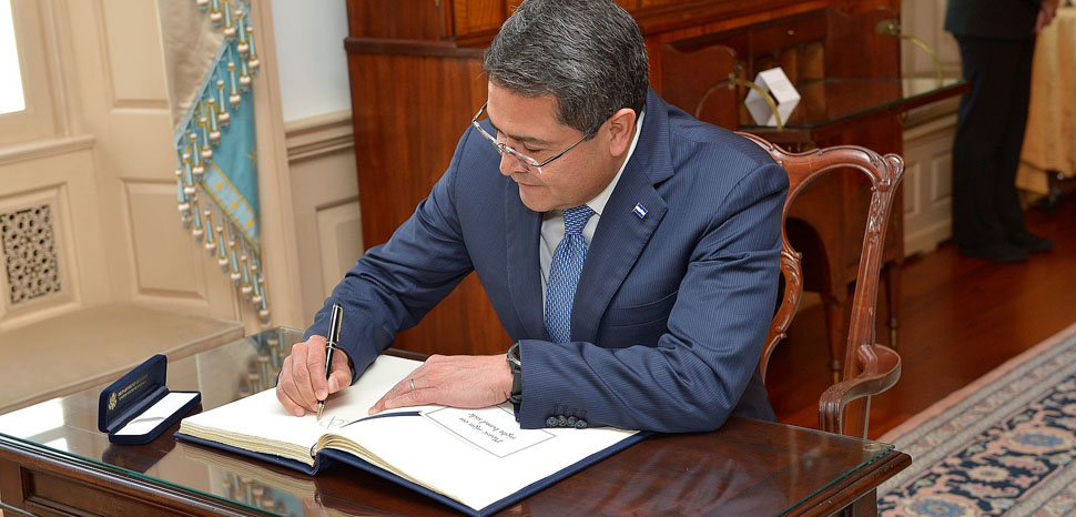 Honduran President Juan Orlando Hernandez signs the guest book during his visit to the Department of State, March 21, 2017. [State Department photo/Public Domain]
