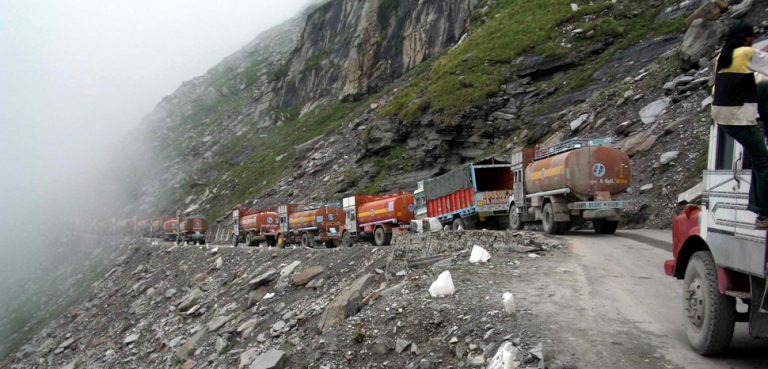 TjamAPrad, cc Wikipedia Woudloper, modified, https://commons.wikimedia.org/wiki/File:Traffic_jam_on_road_to_Rohtang_Pass.jpg