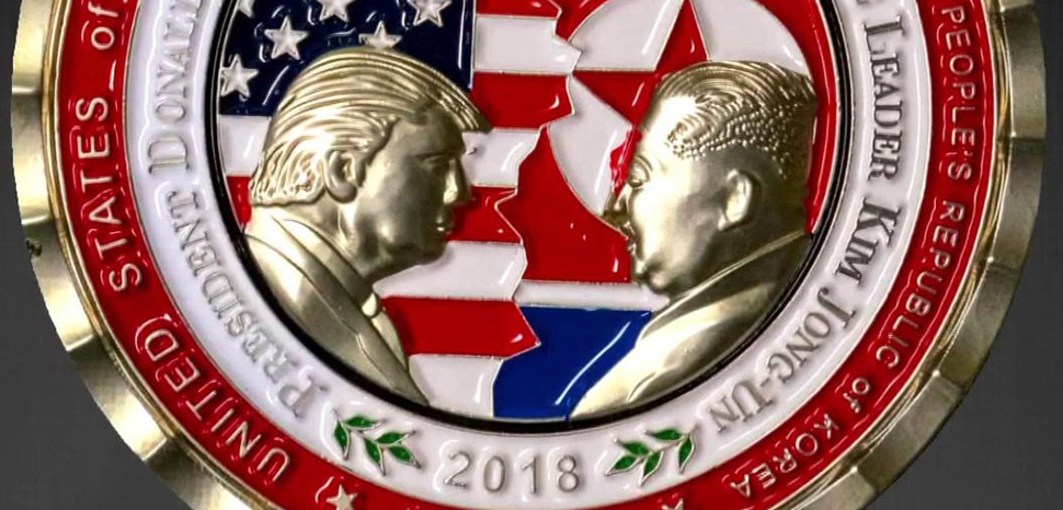 2018_Trump-Kim_summit_commemorative_coin, cc White House Communications Agency, modified, https://fr.wikipedia.org/wiki/Fichier:2018_Trump-Kim_summit_commemorative_coin.jpg