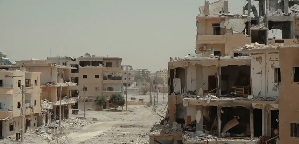 The ruins of Raqqa, cc VOA, modified, Mahmoud Bali , https://commons.wikimedia.org/wiki/File:Destroyed_neighborhood_in_Raqqa.png