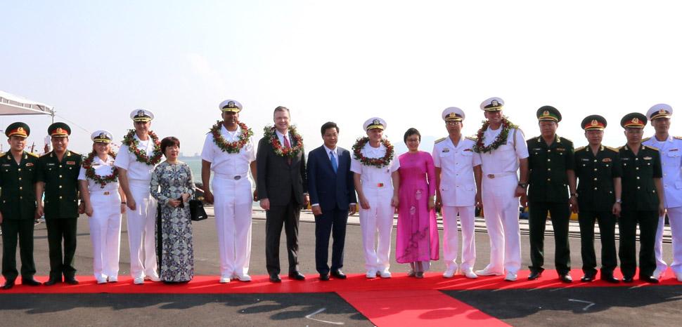 Lễ đón Sỹ quan, thủy thủ đoàn tàu Hải quân Hoa Kỳ thăm hữu nghị Đà Nẵng (The Nimitz-class aircraft carrier USS Carl Vinson (CVN 70) crew greeted by Vietnamese in Da Nang, Vietnam last year. Courtesy of VNA.)