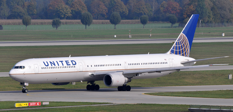 United airlines, cc Flickr ERIC SALARD, modified, https://creativecommons.org/licenses/by-sa/2.0/
