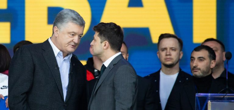 PoroZele, cc Ukraine President Office, modifiied, https://zh.m.wikipedia.org/wiki/File:Debates_of_Petro_Poroshenko_and_Vladimir_Zelensky_(2019-04-19)_02.jpg