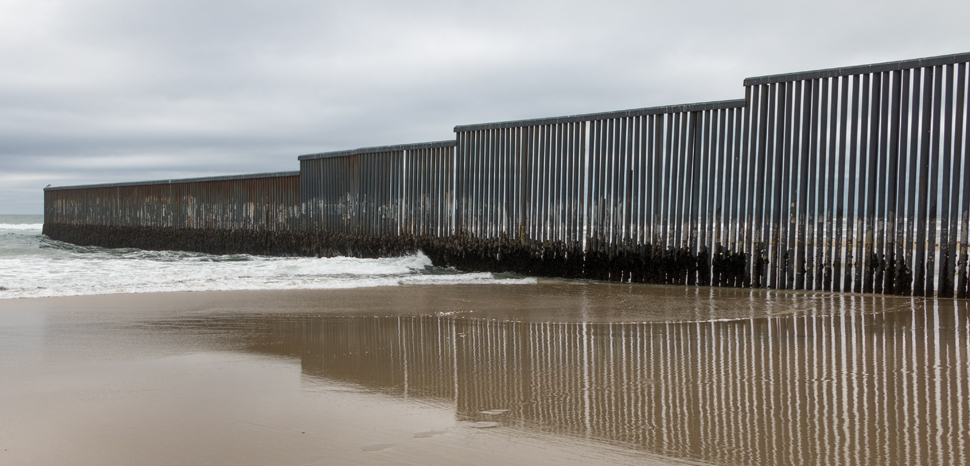 TijuanaWall, cc © Tomas Castelazo, www.tomascastelazo.com / Wikimedia Commons, modified, https://en.wikipedia.org/wiki/Mexico%E2%80%93United_States_barrier#/media/File:Mexico-US_border_at_Tijuana.jpg