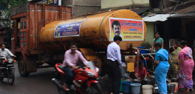 A water truck in Kolhapur, Maharashtra; author: Arne Hückelheim, modified, https://de.wikipedia.org/wiki/Datei:WaterTruckCropped.JPG