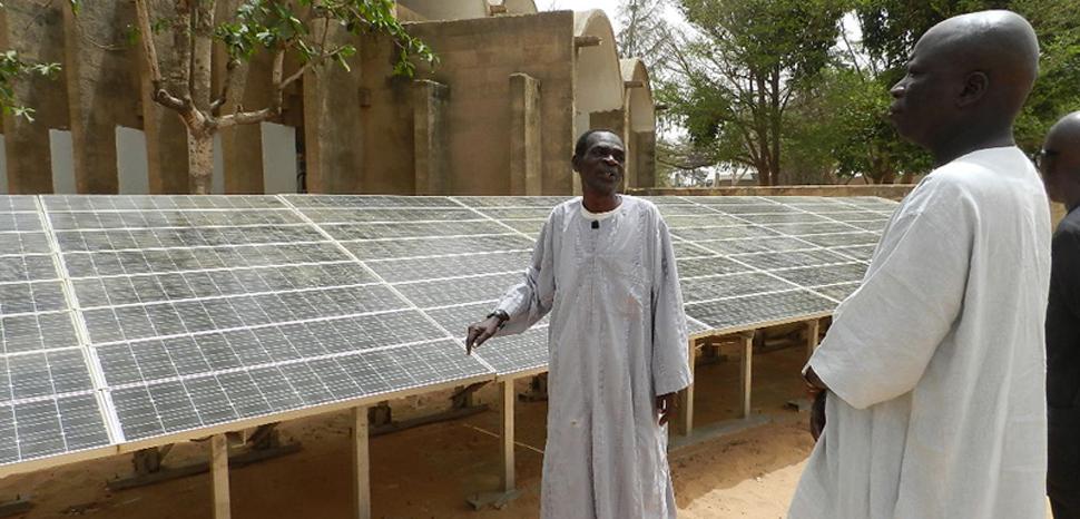 DakarSolar, cc Fratelli dell'Uomo Onlus, Elena Pisano, modified, https://commons.wikimedia.org/wiki/File:Energia_solare_a_Malika,_Dakar.JPG