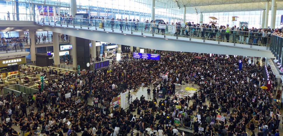Hong Kong sit-in airport protest, cc Wpcpey, modified, https://commons.wikimedia.org/wiki/File:HK_airport_sit-in_protest_20190726.jpg