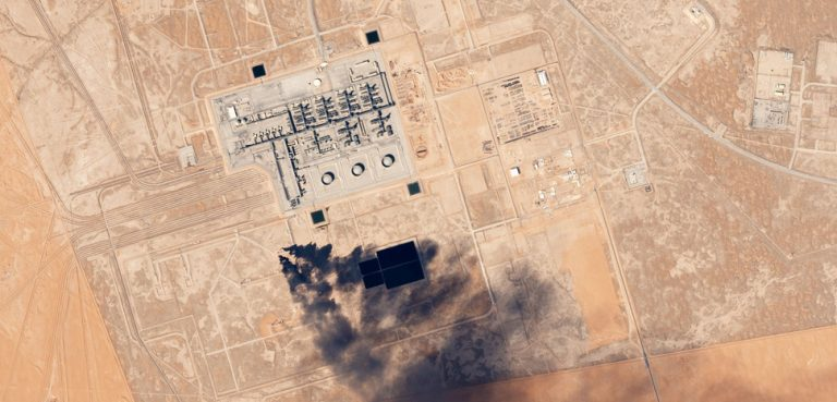 Khurais_Oil_Processing_Facility,_Saudi_Arabia_by_Planet_Labs, cc Planet Labs Inc., modified, https://commons.wikimedia.org/wiki/File:Khurais_Oil_Processing_Facility,_Saudi_Arabia_by_Planet_Labs.jpg
