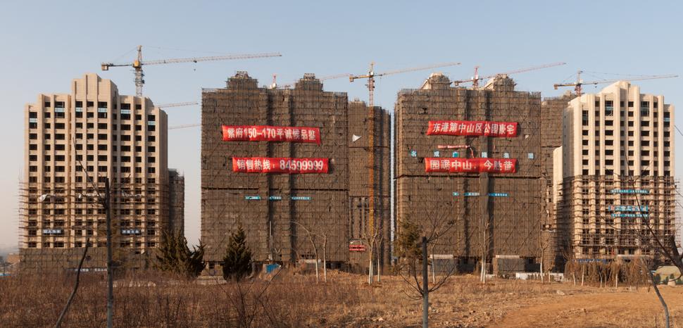 Photo by CEphoto, Uwe Aranas, cc modified, https://commons.wikimedia.org/wiki/File:Dalian_China_Construction-site-01.jpg