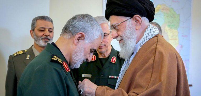 cc Khamenei.ir, modified, https://fr.m.wikipedia.org/wiki/Fichier:Qasem_Soleimani_received_Zolfaghar_Order_from_Ali_Khamenei_1.jpg
