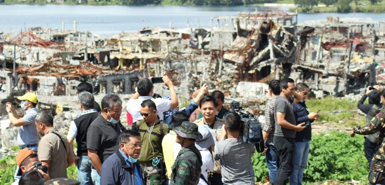 Officials visit the Main Battle Area in Marawi, cc Philippine Information Agency, modfied, https://commons.wikimedia.org/w/index.php?title=Special:Search&title=Special:Search&redirs=0&search=marawi&fulltext=Search&fulltext=Advanced+search&ns0=1&ns6=1&ns14=1&advanced=1&searchToken=2n7ygrhzxiej9o2zrc9ig7gka#%2Fmedia%2FFile%3AMarawi_Ground_Zero.jpg