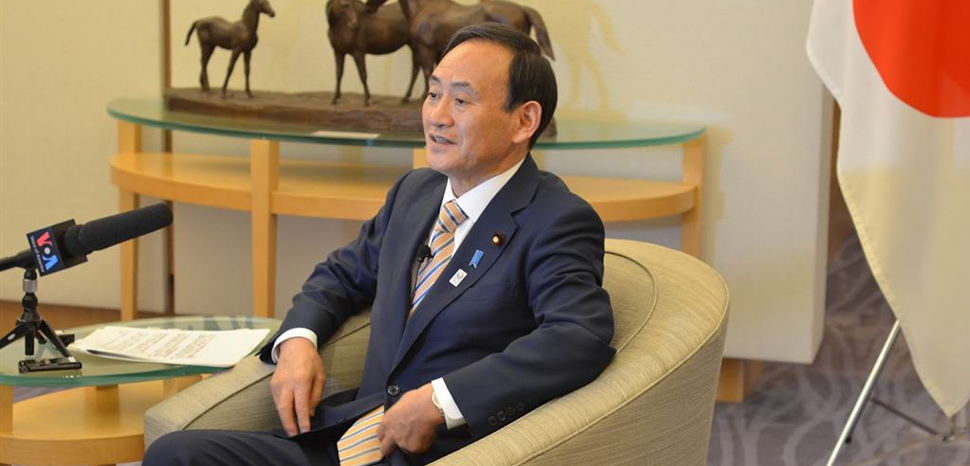 cc VOA, modified, https://zh.wikipedia.org/wiki/File:VOA_interviews_Yoshihide_Suga.jpg