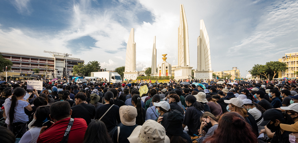 The protests on 18 July 2020 in a large demonstration organized under the Free Youth umbrella (Thai: เยาวชนปลดแอก; RTGS: yaowachon plot aek) at the Democracy Monument in Bangkok., cc Supanut Arunoprayote. , modified, https://zh.wikipedia.org/wiki/File:Protest_in_2020_Democracy_Monument_(II).jpg