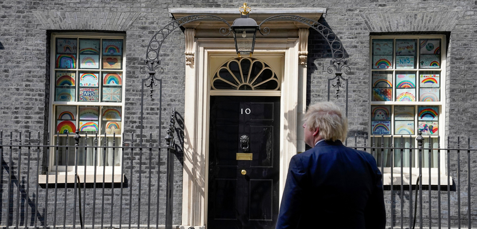 cc 10 Downing Street, modified, https://commons.wikimedia.org/wiki/File:Boris_Johnson_Drawing_to_Thanks_NHS.jpg