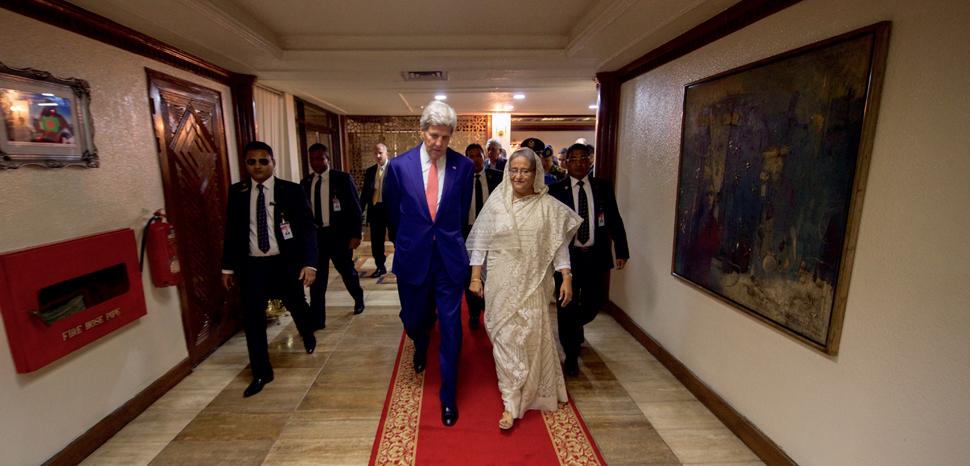CC US Department of State, modified, https://en.wikipedia.org/wiki/File:Secretary_Kerry_Walks_With_Bangladeshi_Prime_Minister_Sheikh_Hasina_Wazed_in_Dhaka_(28692596773).jpg