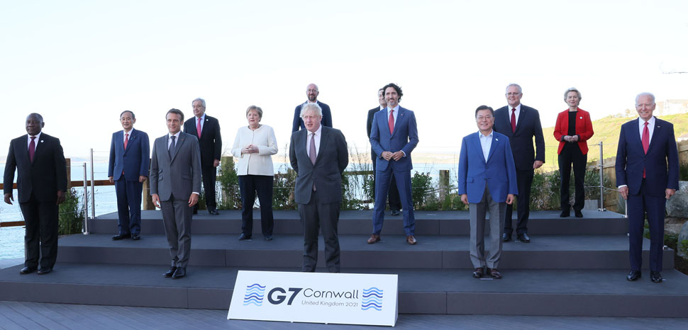 cc首相官邸ホームページ, modified, https://en.wikipedia.org/wiki/File:Family_photo_of_G7_leaders_and_the_invited_guests_at_Carbis_Bay_(1).jpg