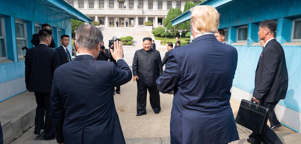 cc Flickr Trump White House Archiv, modified, - https://flickr.com/photos/whitehouse45/48164810697/in/photolist-2goafbD-2go9QQe-2go9QNa-2goafha-2goag4L-2gnYrsU-2gnY3MH-2aR2qYA-2goafGP-pSTvKQ-2goafZx-2goafpE-2gnY3ST-2goag2S-2goag2G-2gnY3YE-2gnY456-2goagdD-2go9RvT-2goafzj-2go9R3i-2goafTW-2goafKu-2gnY4ZH-ie9ze1-2mfuTRq-2gnY3Ei-2go9Rhr-ipgfMY-ZdaiQC-Hr72GK-oRNy4u-XTrPoc-DCDdaA-JebySr-27T1Mvn-26vpRWp-JebyFV-22VpJBT-2hbYJJS-p3iVta-2iMfX34-2icKqSQ-2i8kJFZ-cmgzT9-DwgyR4-RUXCeS-24n4jRR-ec4Epu-SPh8Jb