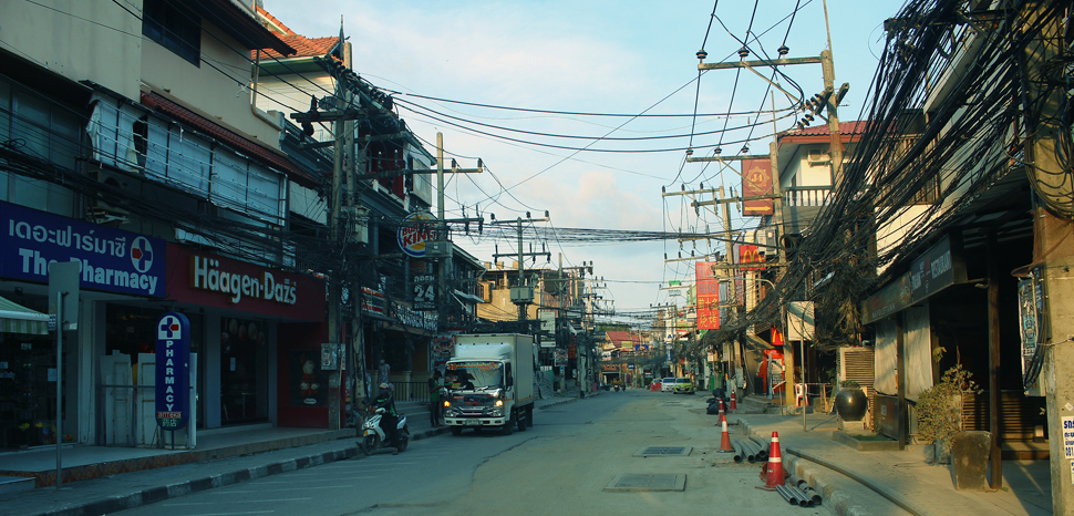 An abandoned Thai tourist town under lockdown in 2020, cc Per Meistrup , modified, https://commons.wikimedia.org/wiki/File:TH-COVID19_Abandoned-tourist-town_IMG_9872e.jpg