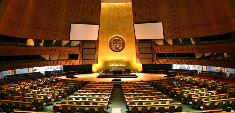 cc Patrick Gruban, modified, https://commons.wikimedia.org/wiki/File:UN_General_Assembly_hall.jpg