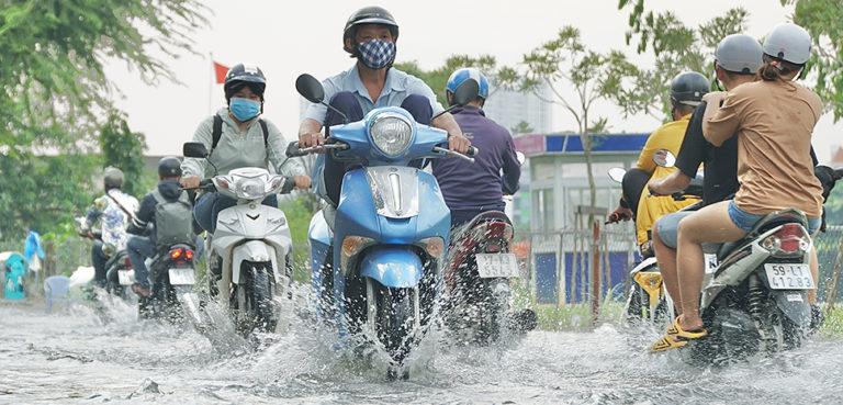 Many roads are flooded in Ho Chi Minh City because the high tide is at its peak. Credit: Hong Giang - Vietnam News Agency. / Thành phố Hồ Chí Minh: Nhiều tuyến đường ngập s
